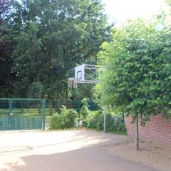 Basketballkorb an der Turnhalle
